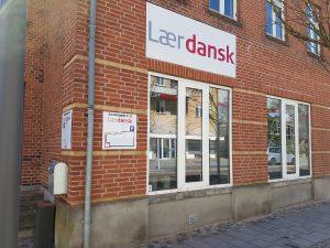 Skilt til Lær dansk